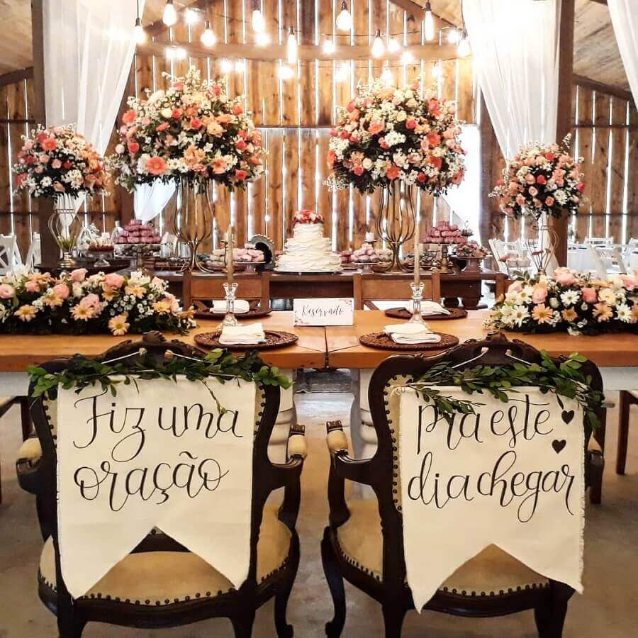 rustic wedding decoration with personalized chairs for the bride and groom Photo Adoletta Parties