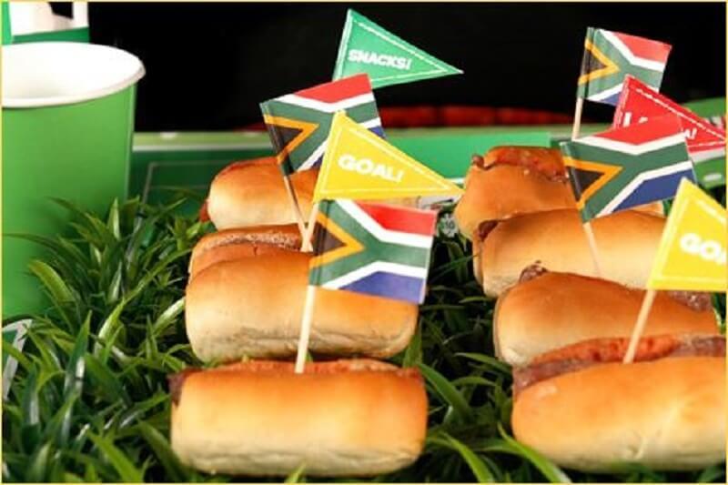 decoração de copa do mundo - sanduiche com bandeirinhas