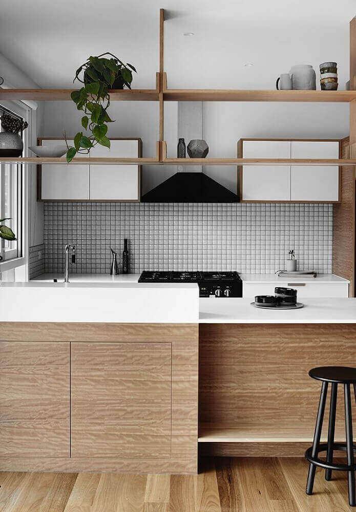 decoração de cozinha minimalista com revestimento em madeira