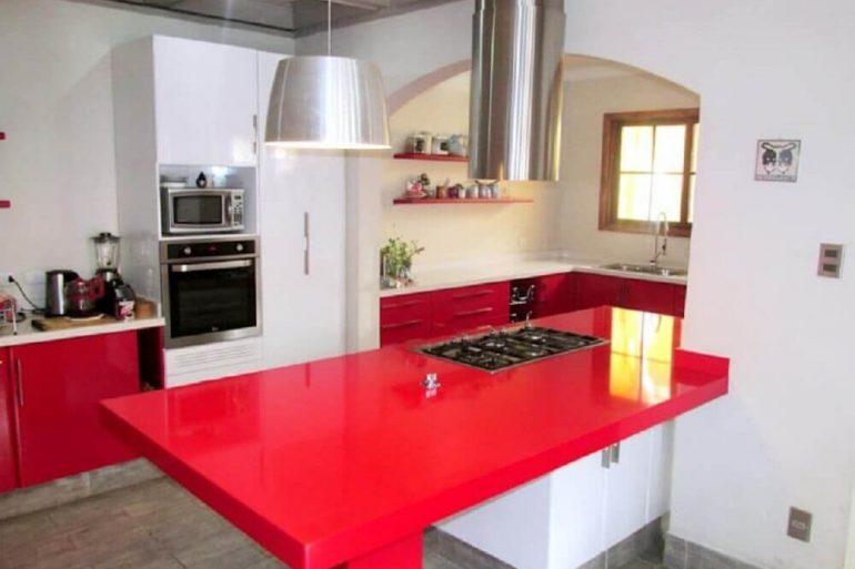 27. Decoração de cozinha vermelha e branca com bancada de silestone vermelho