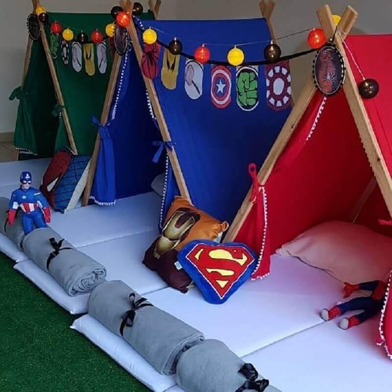 decoração de festa do pijama com cabaninhas inspiradas em super heróis  Foto Pinterest