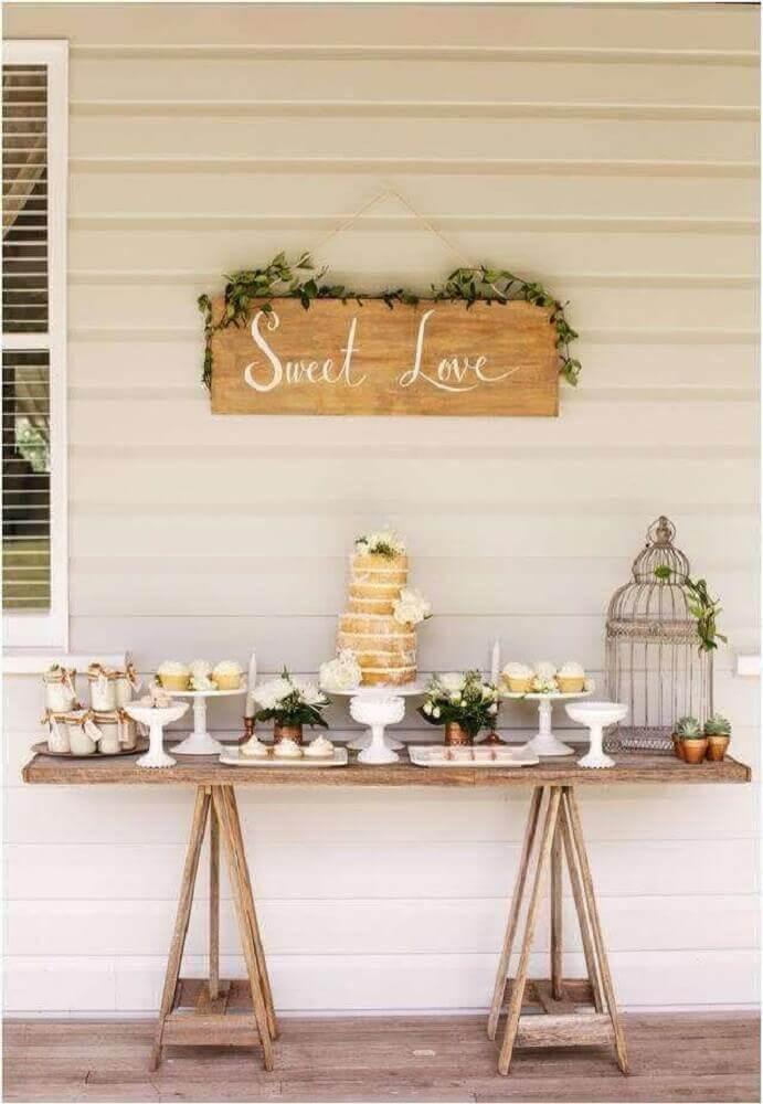 decoração de mesa com bolo simples de casamento
