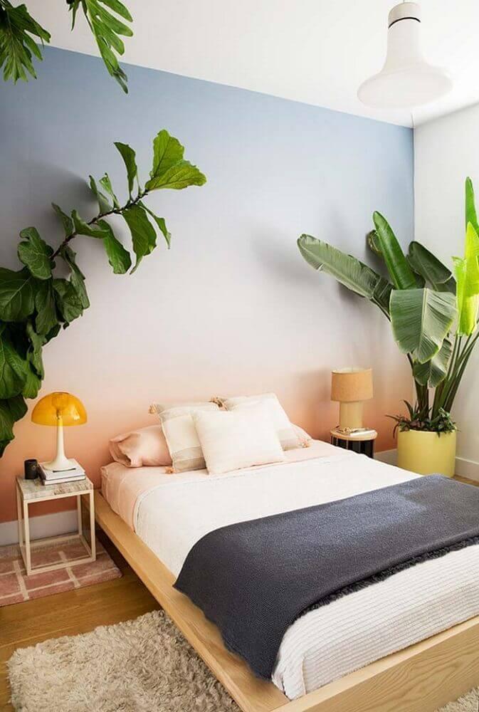 decoração de quarto com cama japonesa de madeira e grandes vasos de plantas