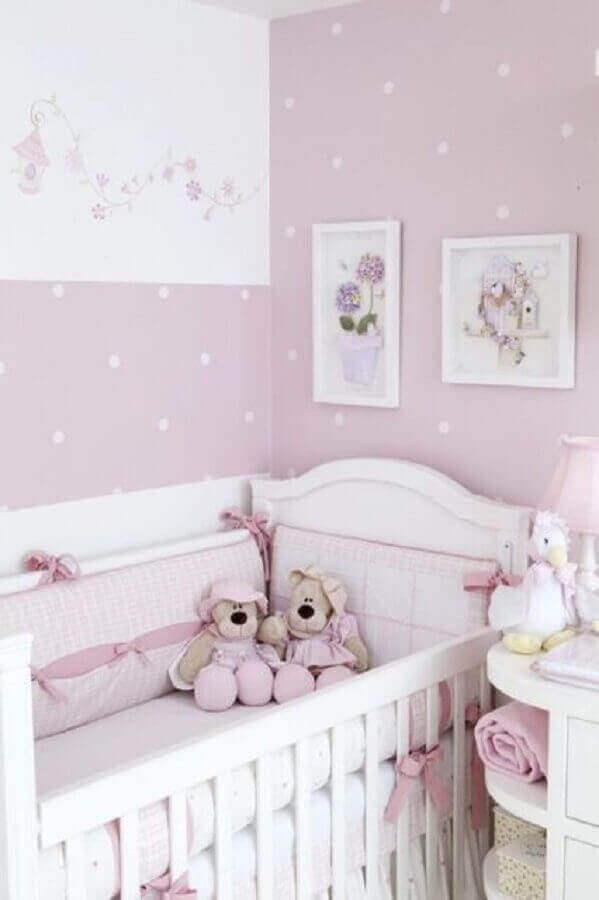 decoração de quarto de bebê feminino com papel de parede lilás de bolinhas