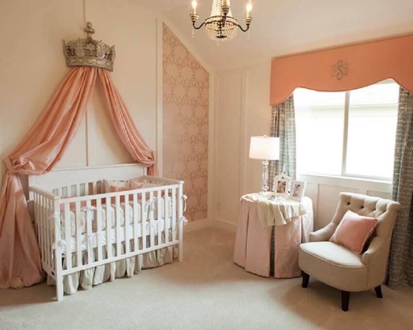 decoração de quarto de bebê feminino com tons de coral no estilo princesa