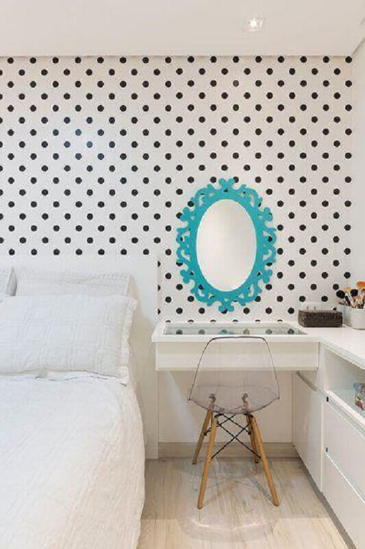 decoração de quarto feminino com papel de parede de bolinhas e espelho com moldura azul Foto Pinterest