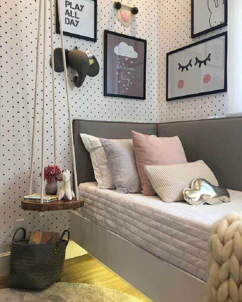 decoração de quarto feminino moderno com papel de parede de bolinha