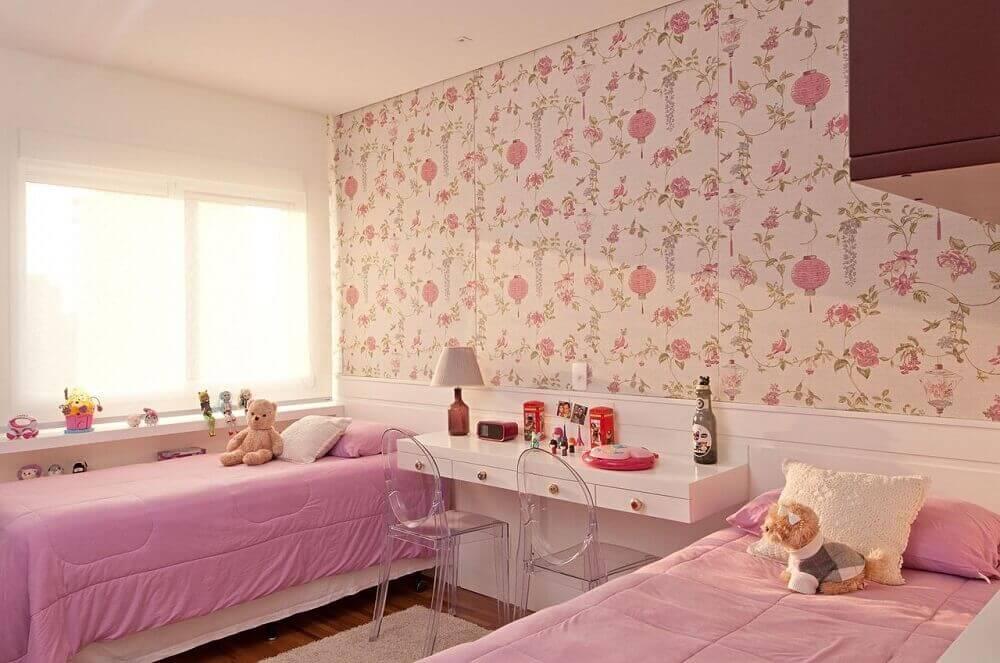 decoração de quarto infantil feminino com papel de parede floral e cadeiras de acrílico transparente