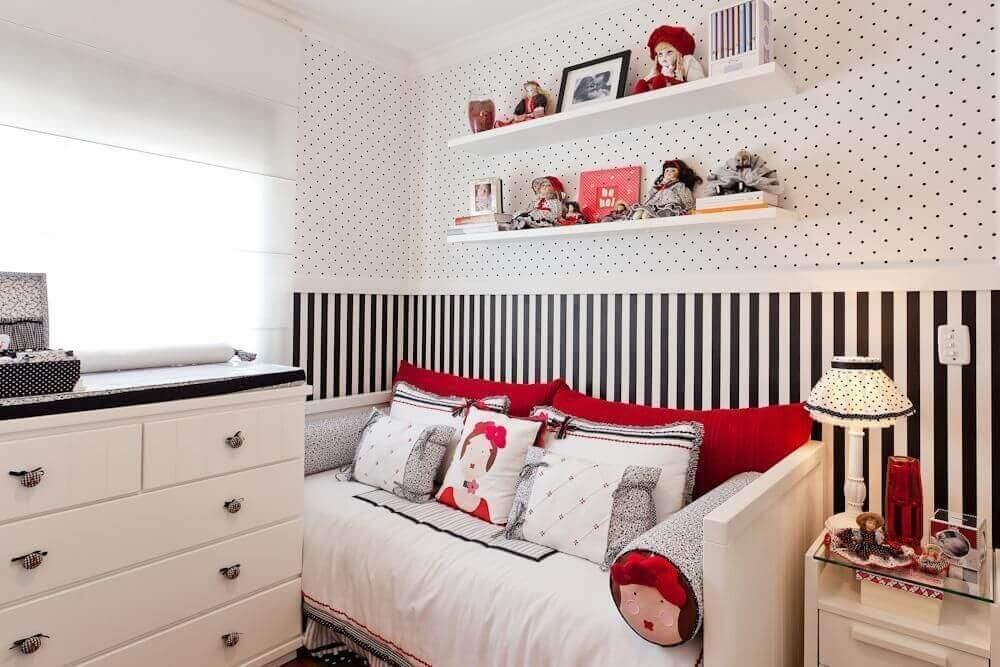 decoração de quarto infantil feminino com papel de parede preto e branco de listras
