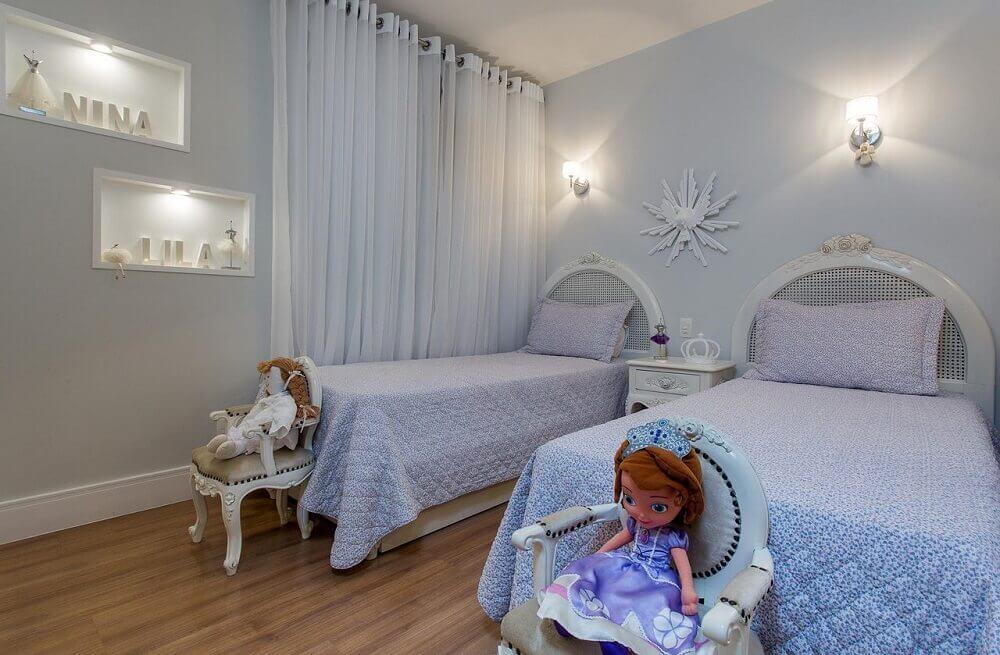 decoração de quarto infantil feminino em tons de azul e lilás