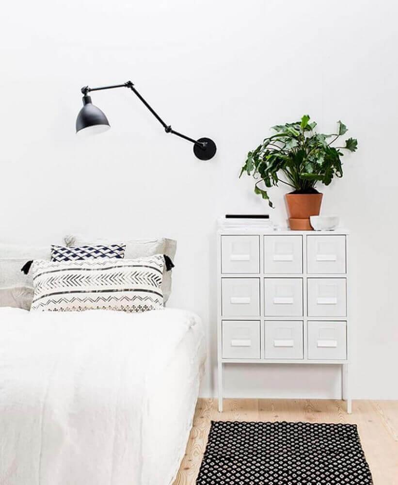 decoração de quarto minimalista com luminária preta