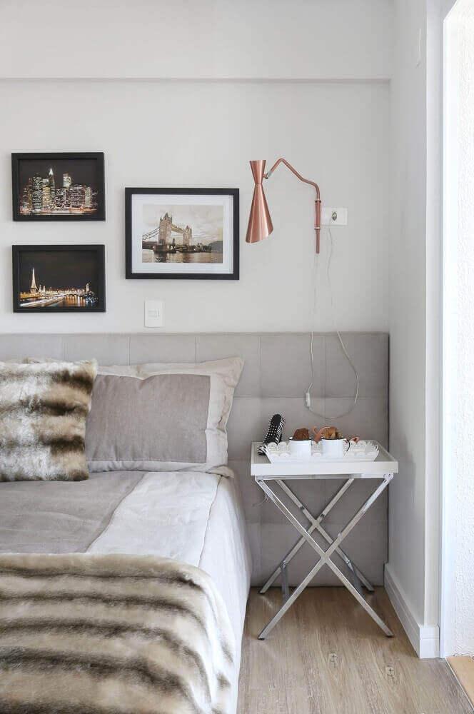 Decoração de quarto minimalista com luminária cobre e cabeceira cinza