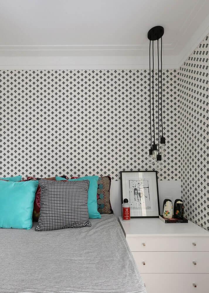 decoração de quarto minimalista com papel de parede e pendentes modernos