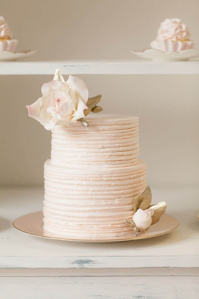 decoração delicada e romântica para bolo de casamento branco