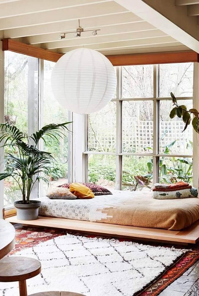 decoração leve para quarto com plantas e cama japonesa