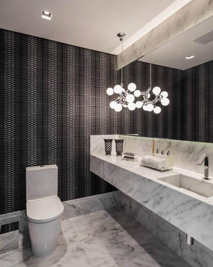 decoração moderna com bancada de mármore para banheiro com papel de parede preto Foto Margit Soares