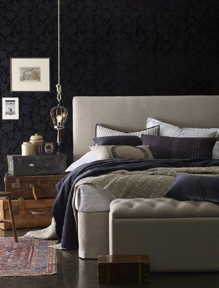 decoração para quarto com parede preta e puff baú capitonê