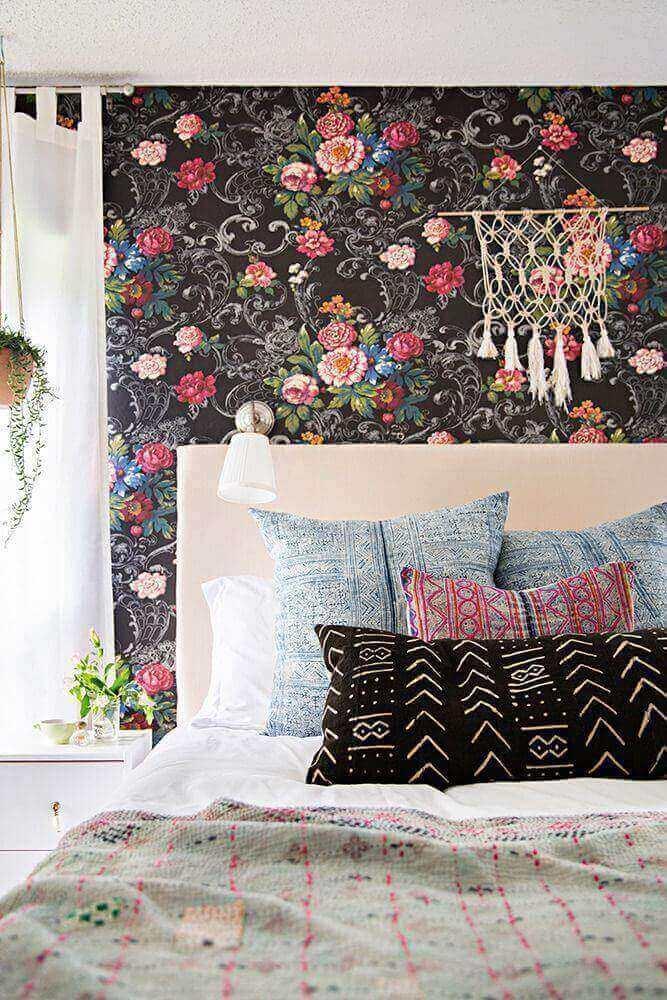 decoração para quarto feminino jovem com papel de parede floral com fundo preto