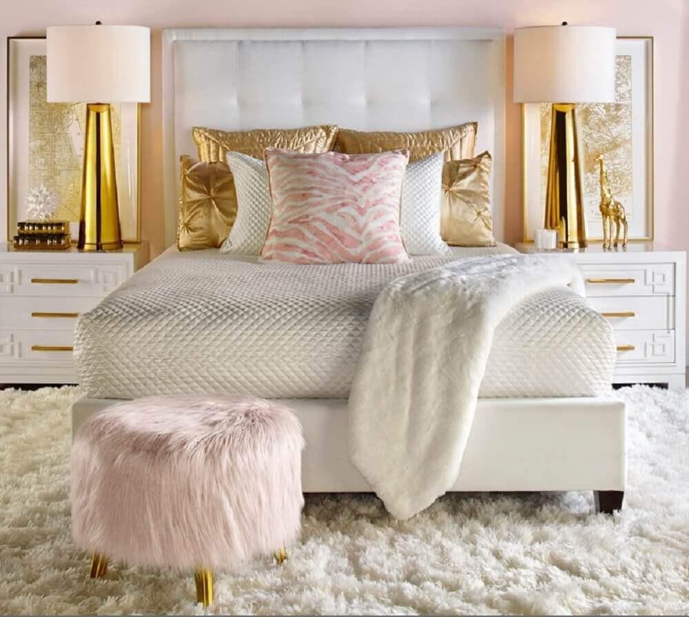 decoração quarto feminino em tons de branco rosa e dourado com puff