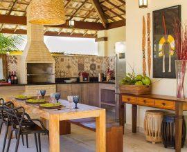 decoração rústica para área gourmet com mesa rústica e churrasqueira