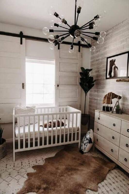 decoração rústica para quarto de bebê com lustre moderno todo preto Foto Little and Luxe