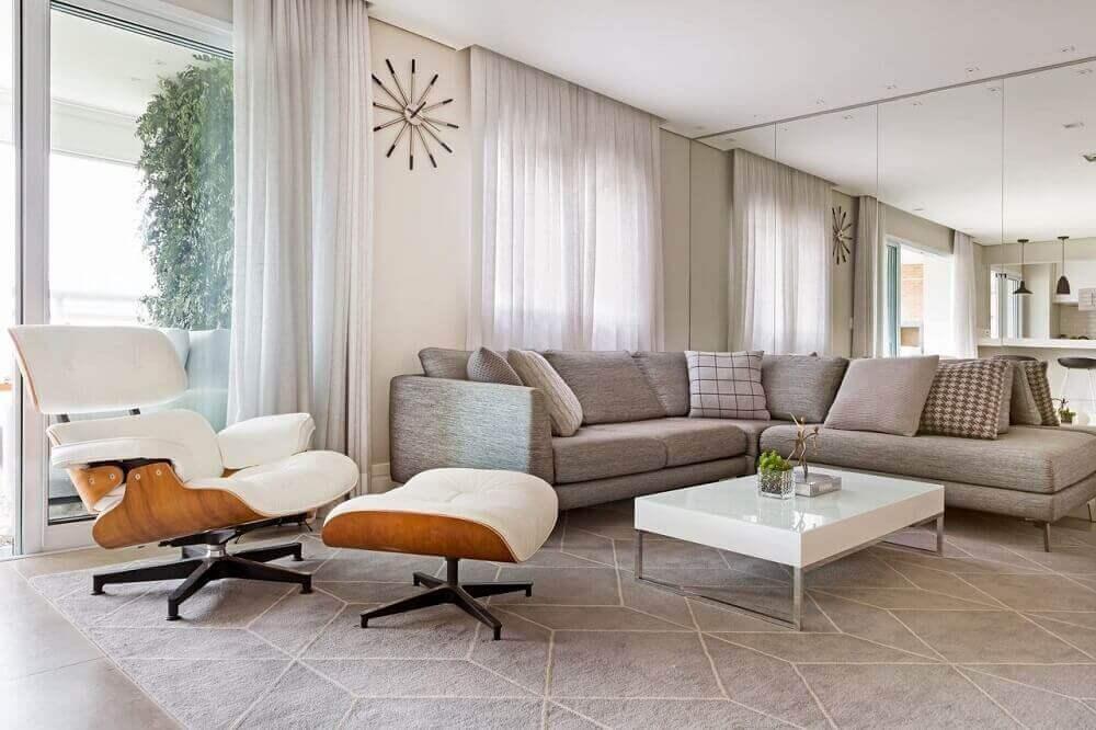 decoração requintada com parede espelhada para sala com sofá de canto