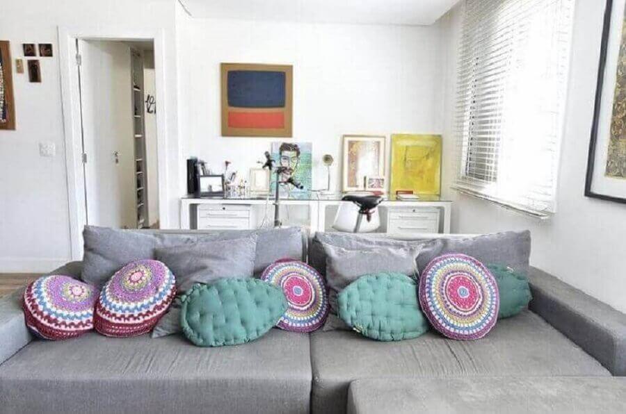 decoração simples com almofadas em crochê redondo