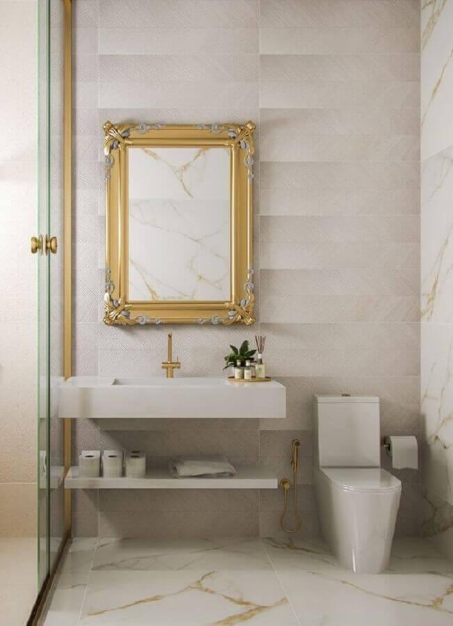 decoração sofisticada com bancada de porcelanato para banheiro com detalhes em dourado Foto Pinterest