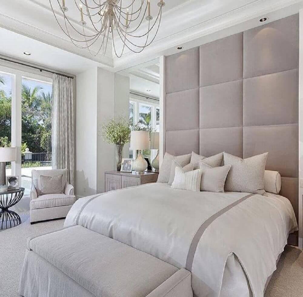 decoração sofisticada para quarto de casal com puff baú