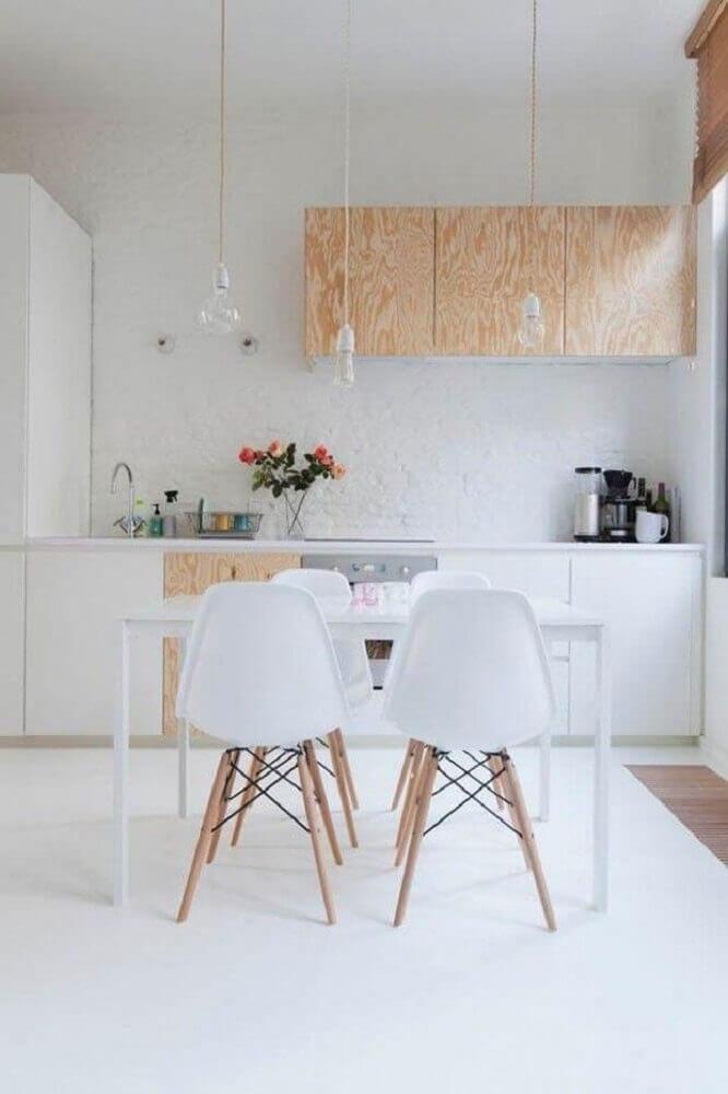 decoração minimalista para cozinha com pendentes modernos e armários de madeira