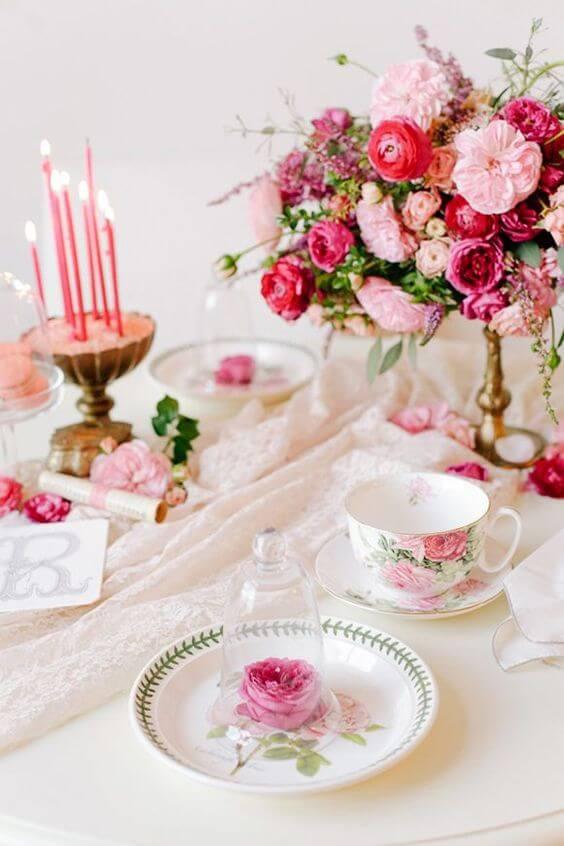 Decoração de jantar romântico com flores cor de rosa
