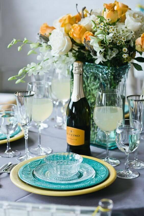 Decoração de jantar romântica com vinho e flores amarelas