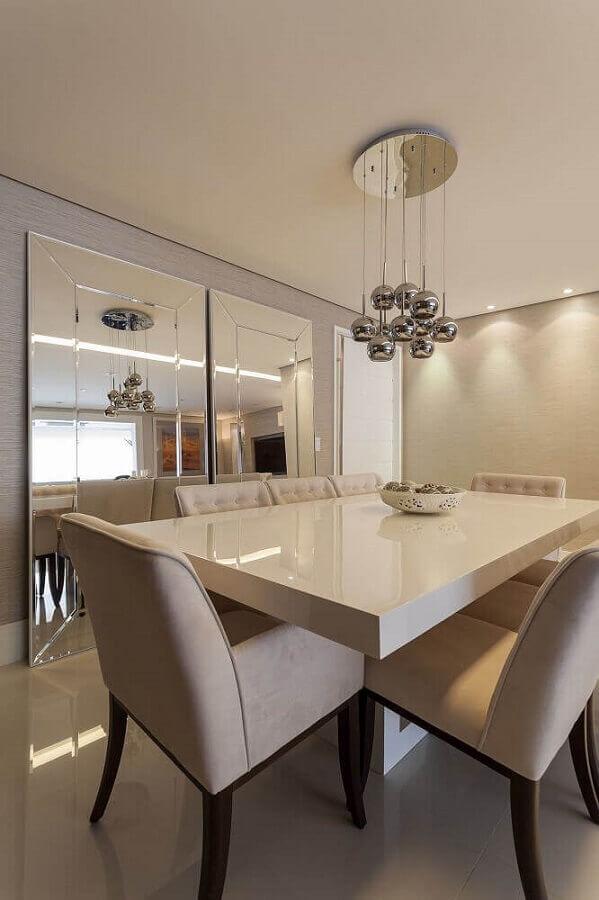 sala de jantar neutra com espelho bisote apoiado no piso