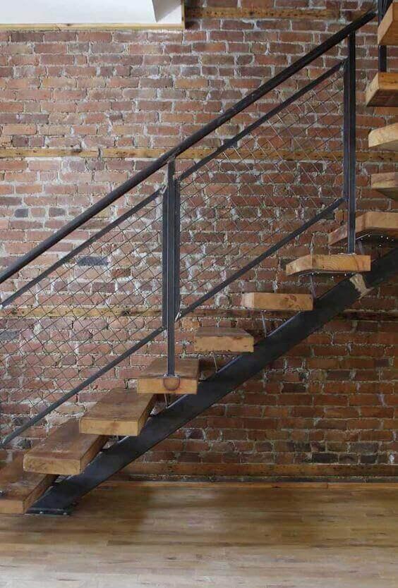 escada de ferro - escada com degraus de madeira