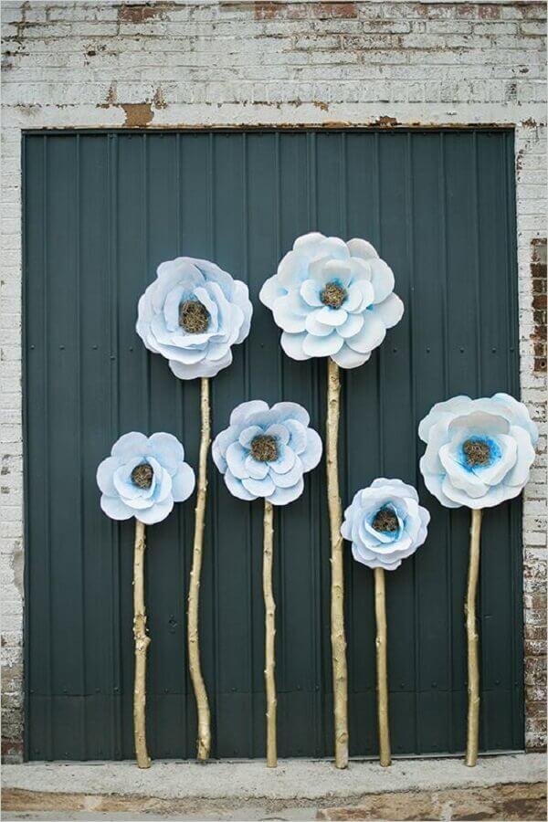 fachada de casa com maxi flor de papel