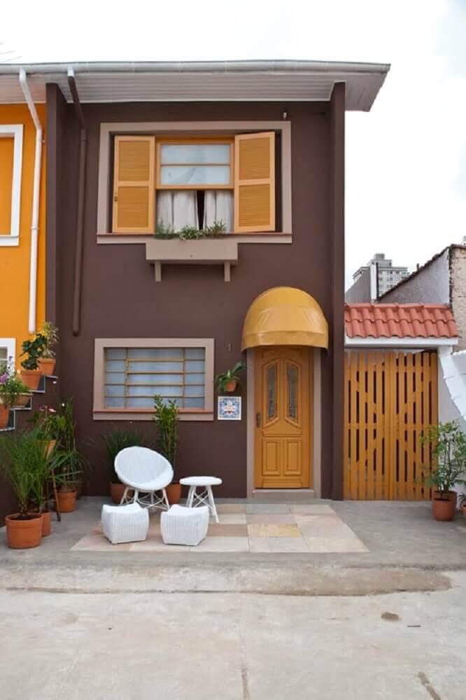 fachada marrom com cores de casas