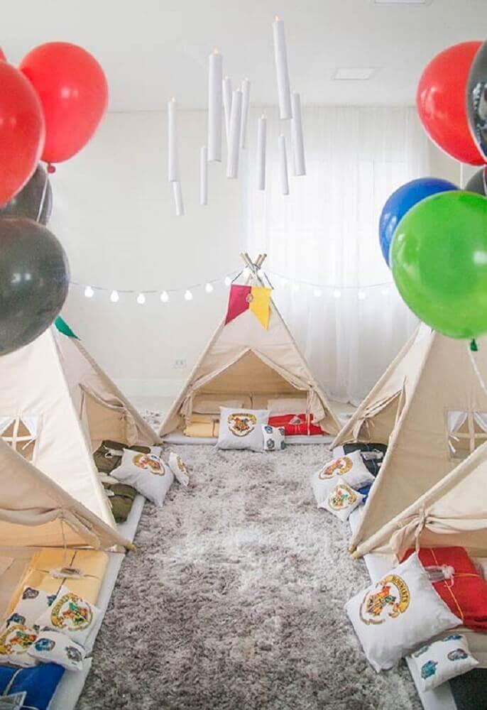 festa do pijama decorada com cabaninhas e balões