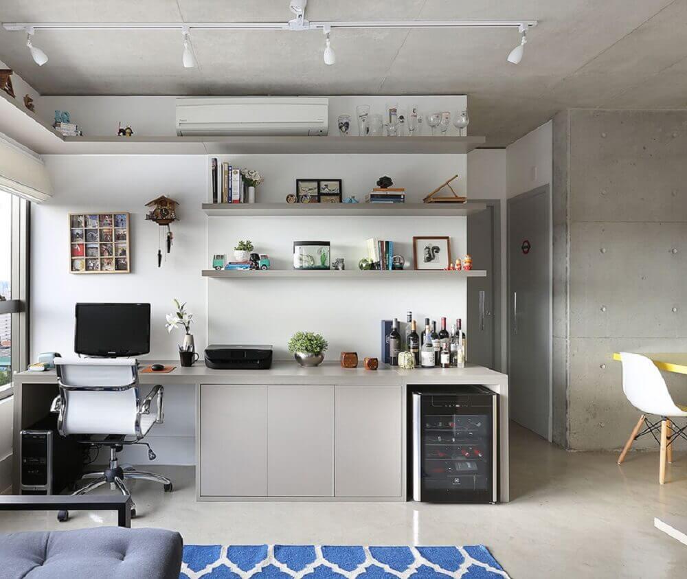 home office decorado com nichos e prateleiras