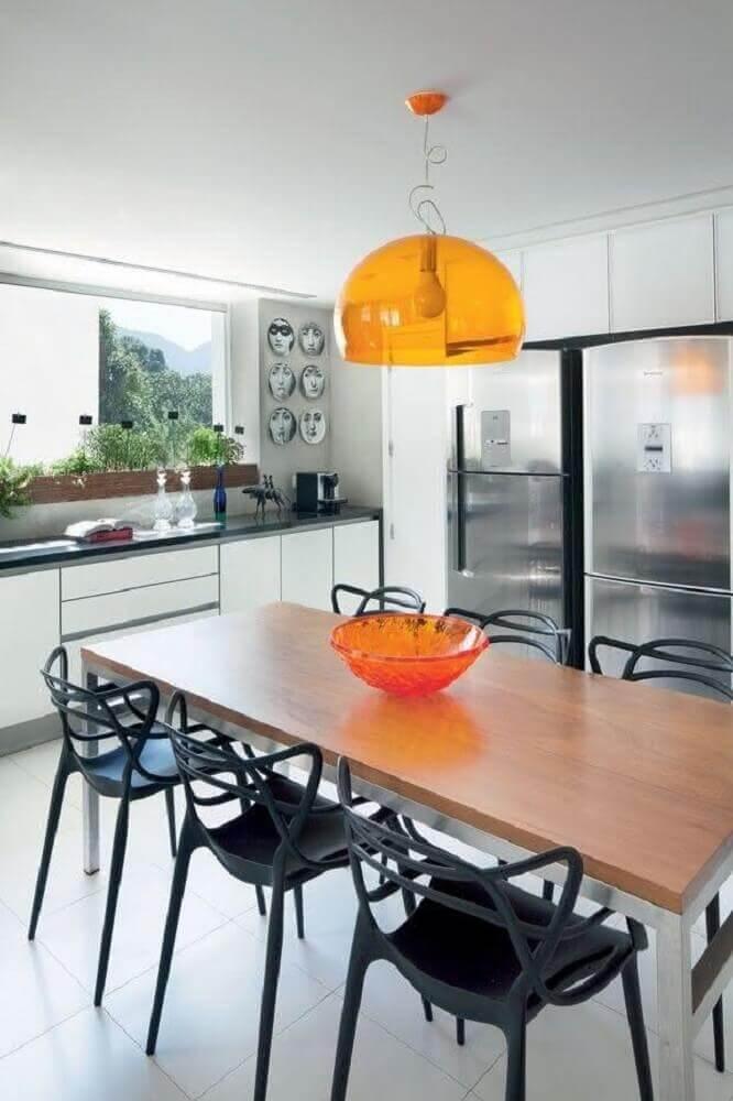 janela de apartamento com horta