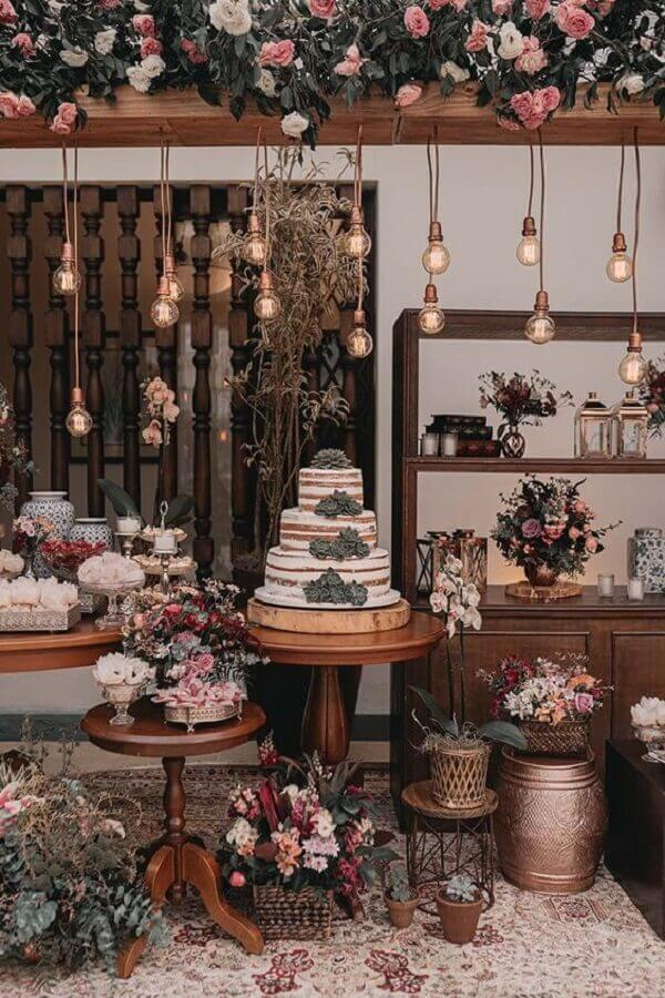 pendant lamps and flower arrangements for rustic wedding table decoration Photo iCasei