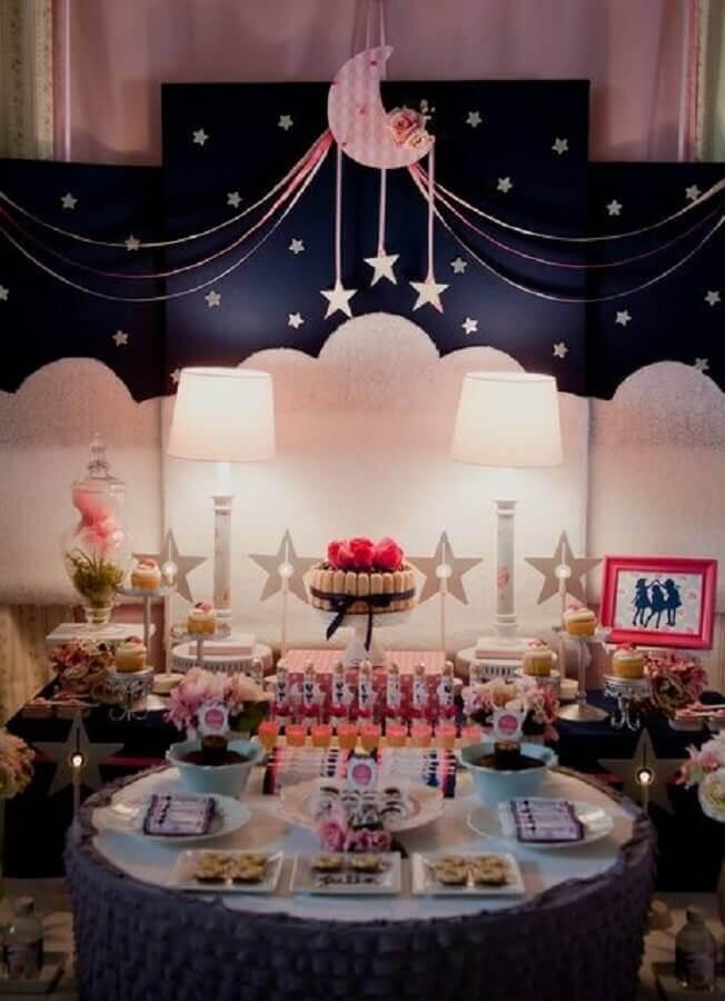 mesa com decoração para festa do pijama