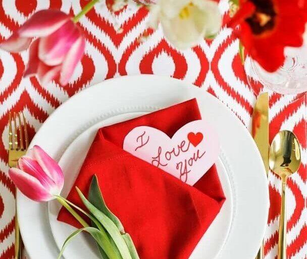 mesa com flores para jantar romântico