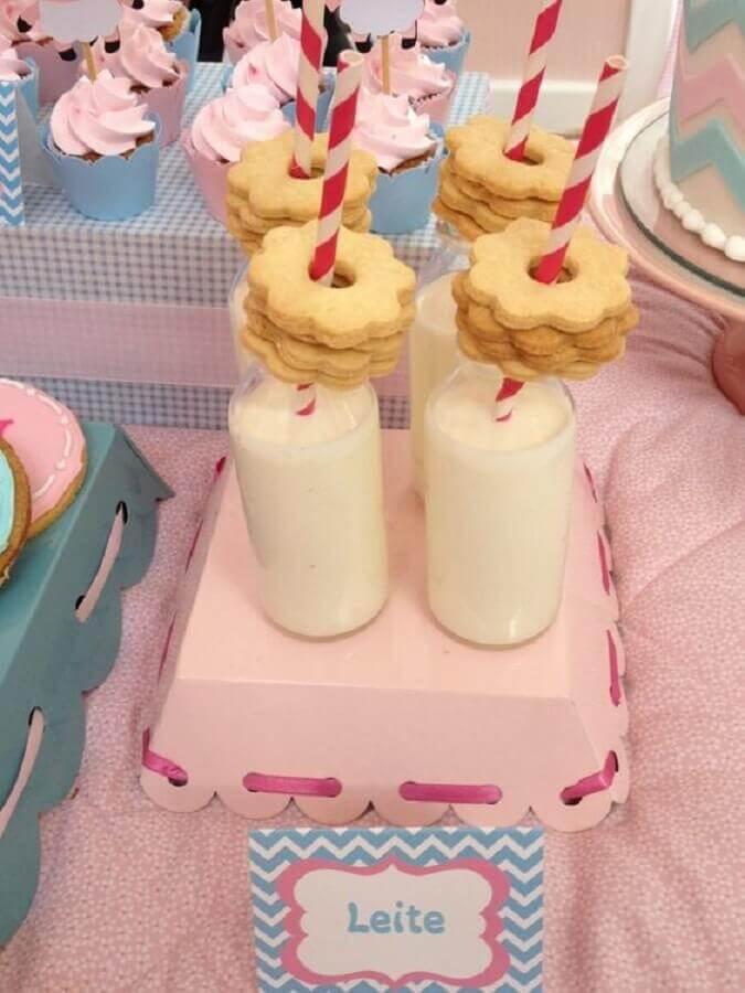 mesa de festa do pijama com garrafinhas de leite e biscoitos Foto Constance Zahn