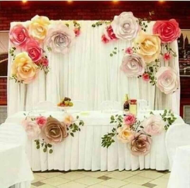 mesa decorada com maxi flor de papel