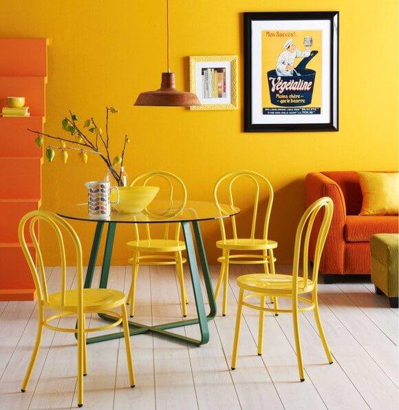 mesa para sala de jantar com cadeiras amarelas
