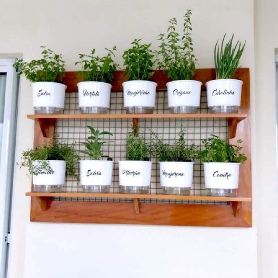 mini horta vertical para apartamento com nome nos vasinhos