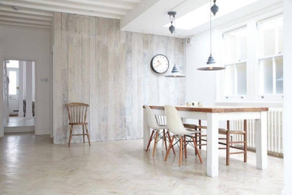 minimalismo para sala de jantar com parede revestida de madeira