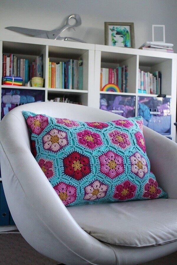 modelo de almofadas de crochê com flores