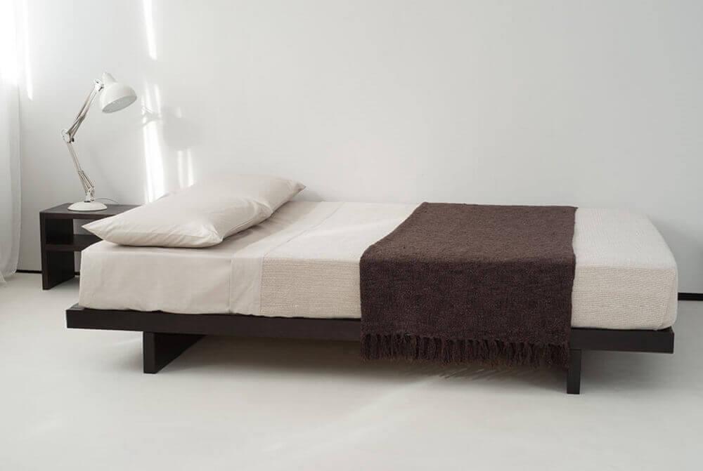 modelo de cama japonesa de solteiro com pezinho