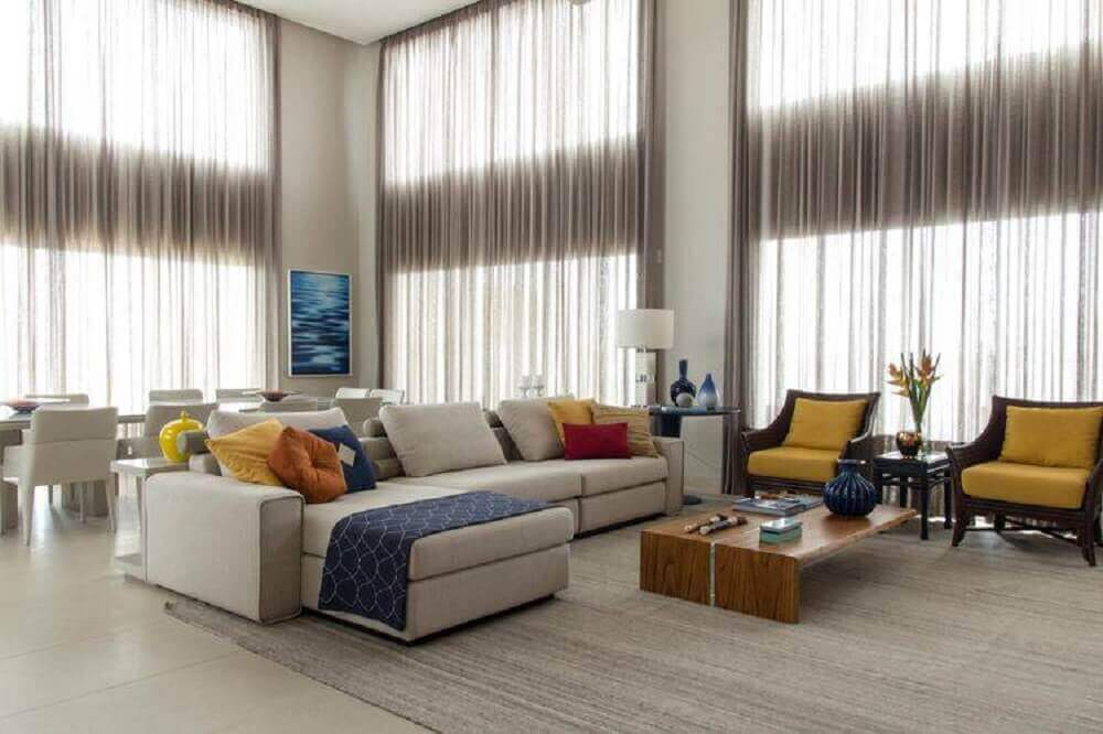 modelo de sofá para sala espaçosa com decoração clean